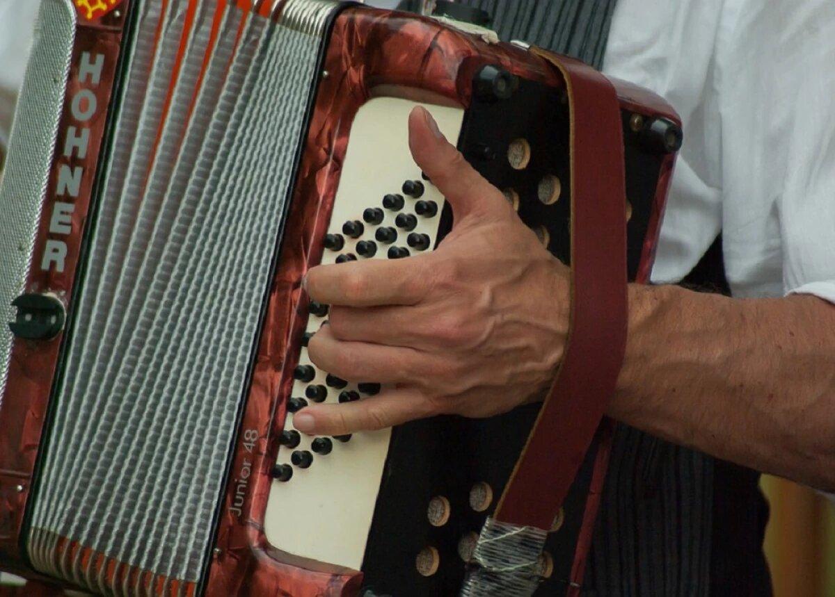Amordazan a director de escuela de música para robarle 10 acordeones en Barranquilla