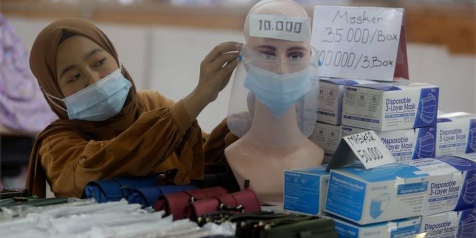 El plan del país que está vacunando primero a jóvenes y no a ancianos