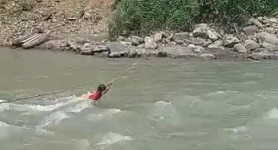 [Video] Niña lucha contra corriente de poderoso río en donde puente colapsó por lluvias