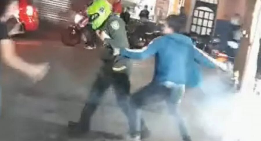[Video] Ciudadano casi se rompe las manos al golpear a policía que llevaba el casco puesto