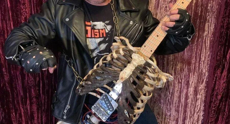 Metalero fabricó guitarra eléctrica con los restos de su tío